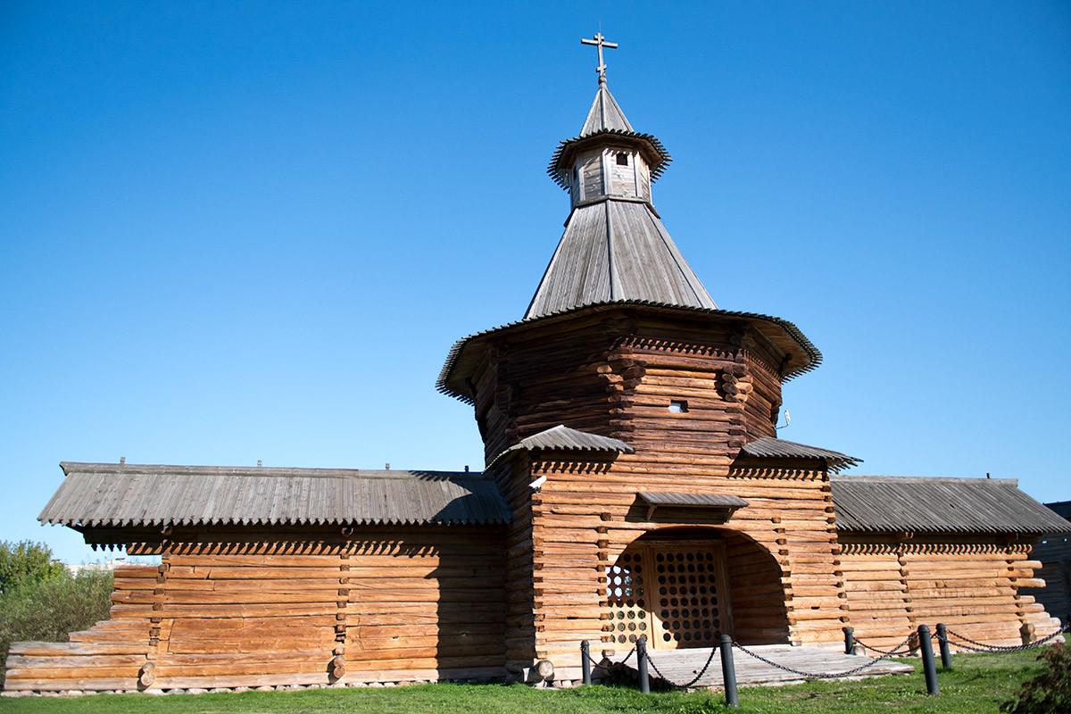Внешне проездные ворота Николо-Корелского монастыря не изменились после перемещения с русского Севера в окрестности Москвы.