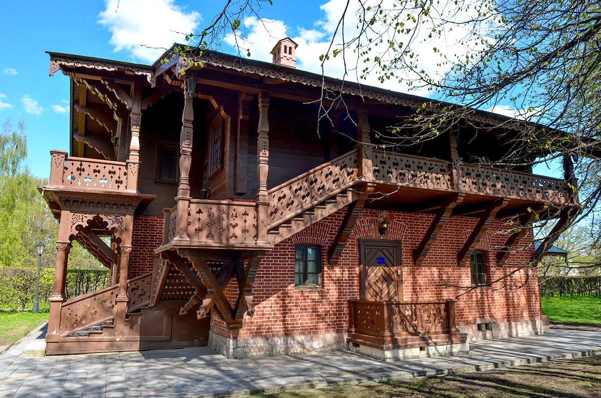 Вдоль южной стены швейцарского домика в Кусково расположена входная лестница на опоясывающий здание балкон.