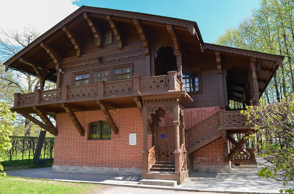 Западный фасад показывает, как устроен конструктивно швейцарский домик в Кусково, выполненный из дерева и разрисованный под кирпич.