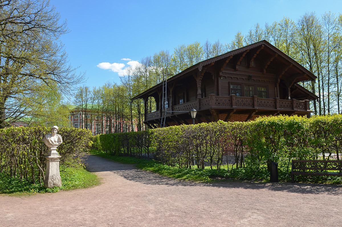 Общий вид швейцарского домика в Кусково с прилегающими дорожками и графским дворцом в восточном направлении.