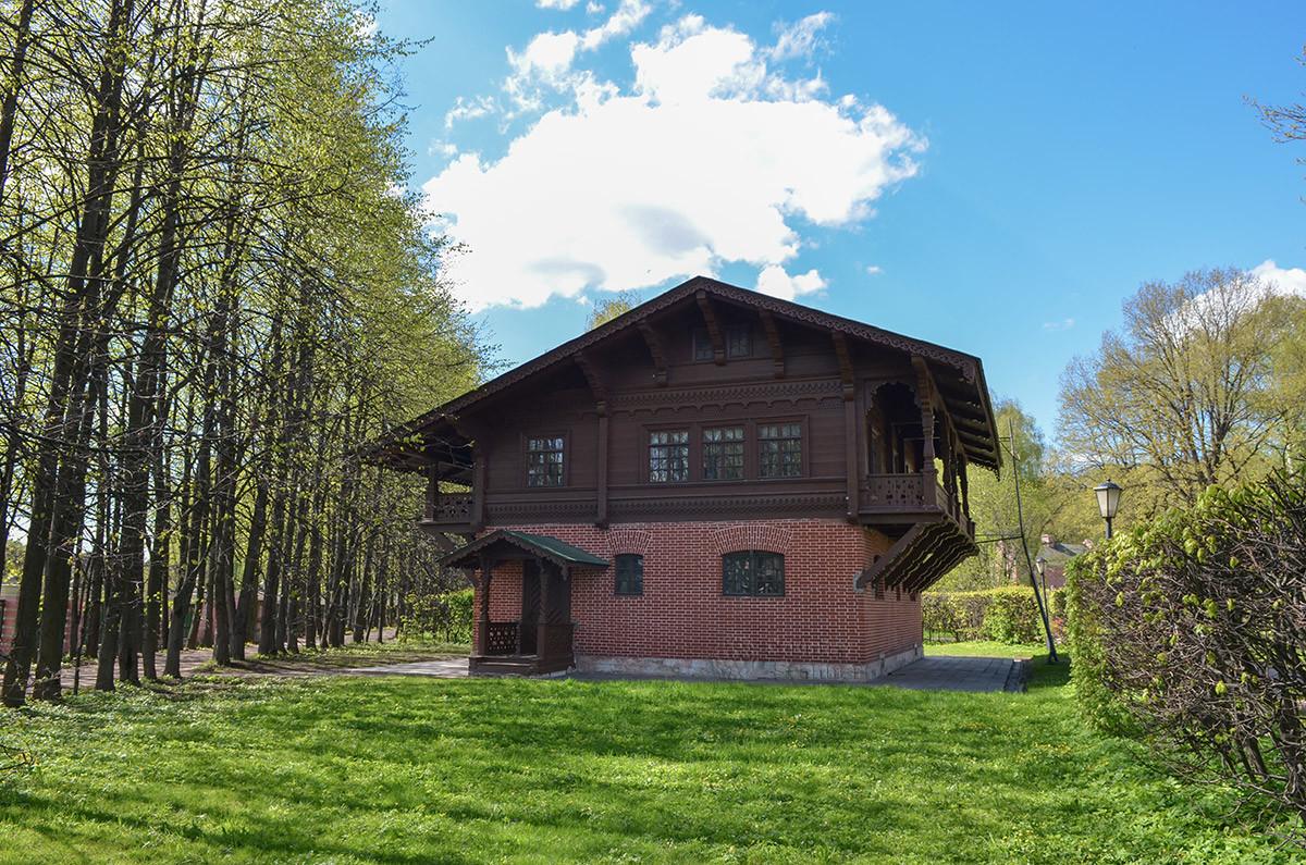 Обращенный к графскому дворцу фасад швейцарского домика в Кусклово позволяет рассмотреть все его конструктивные элементы и декор.