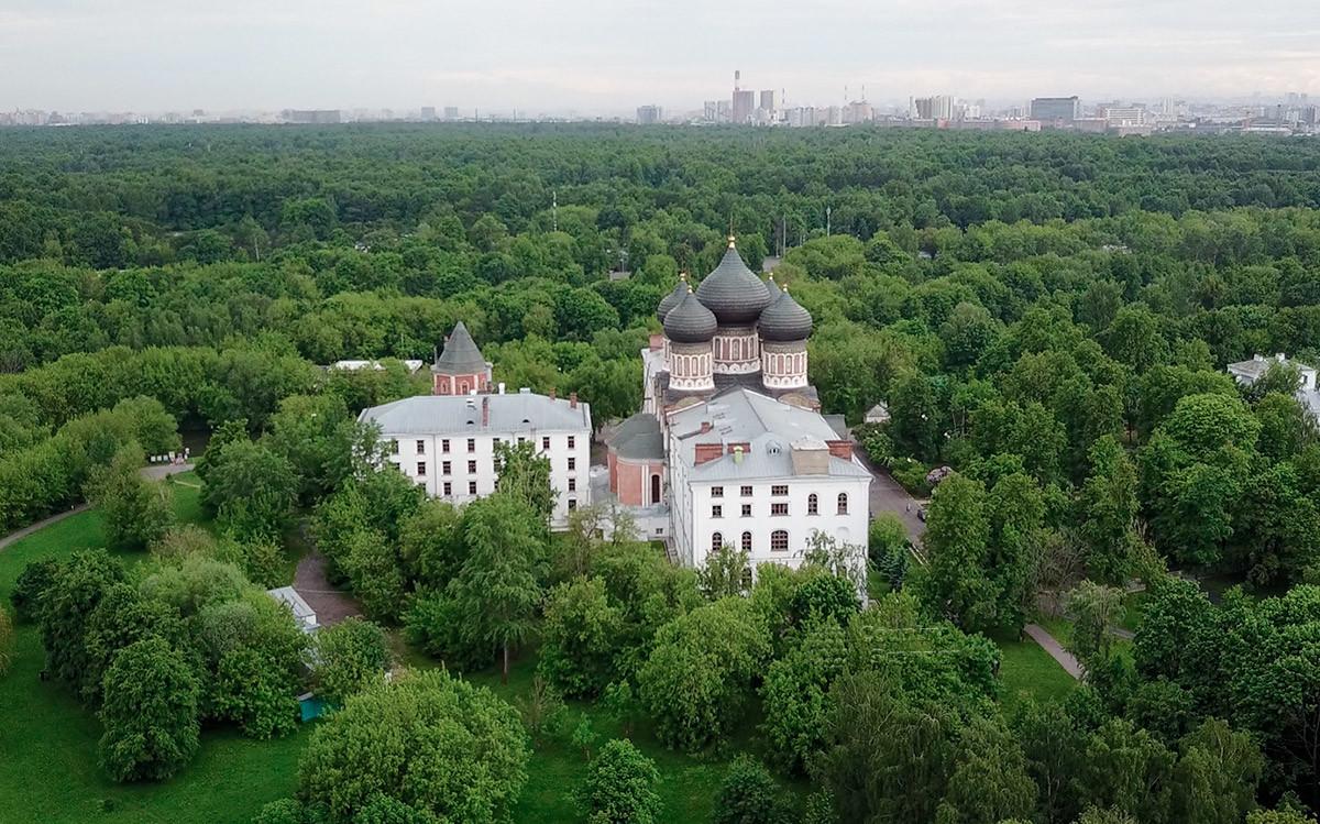 Живописный природный ландшафт, окружающий собор Покрова Пресвятой Богородицы, достоин и восхищения, и личного посещения.