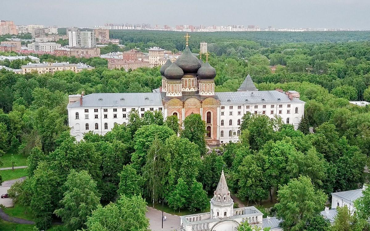 На снимке с высоты собор Покрова Пресвятой Богородицы словно зажат между зданиями более поздней постройки, приютом ветеранов войны 1812 года.