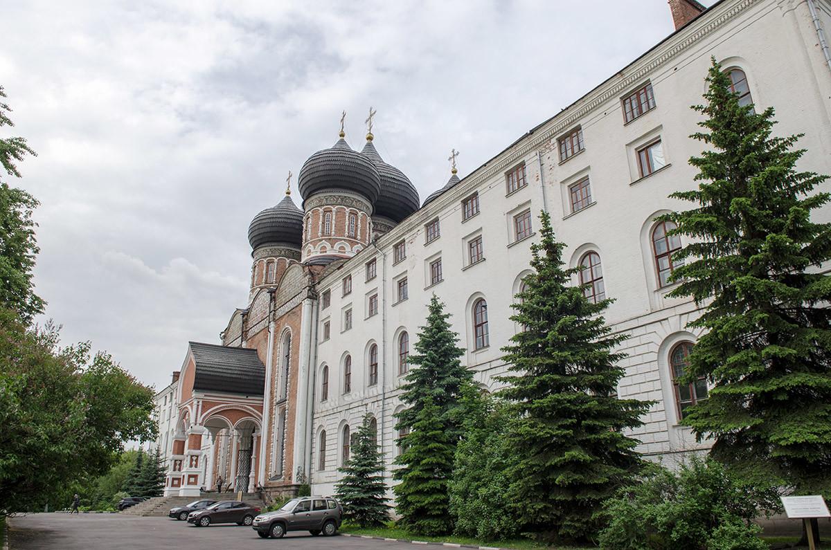 Распорядился о строительстве богадельни Николай Первый, при этом собор Покрова Пресвятой Богородицы стал сообщаться с коридорами приюта.