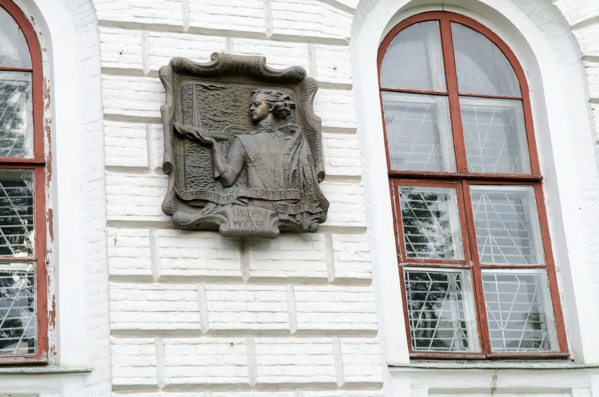 Собор Покрова Пресвятой Богородицы посещал царевич Петр, памятную доску из металла отлили мастера ветеранского приюта.