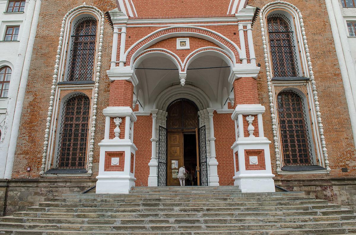 Красочно выглядит крыльцо и сам вход в собор Покрова Пресвятой Богородицы, построенные из красного кирпича с вставками белого камня.