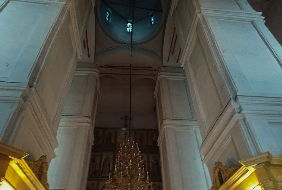 Верхнее строение здания собора Покрова Пресвятой Богородицы опирается на четыре массивных каменных столба.