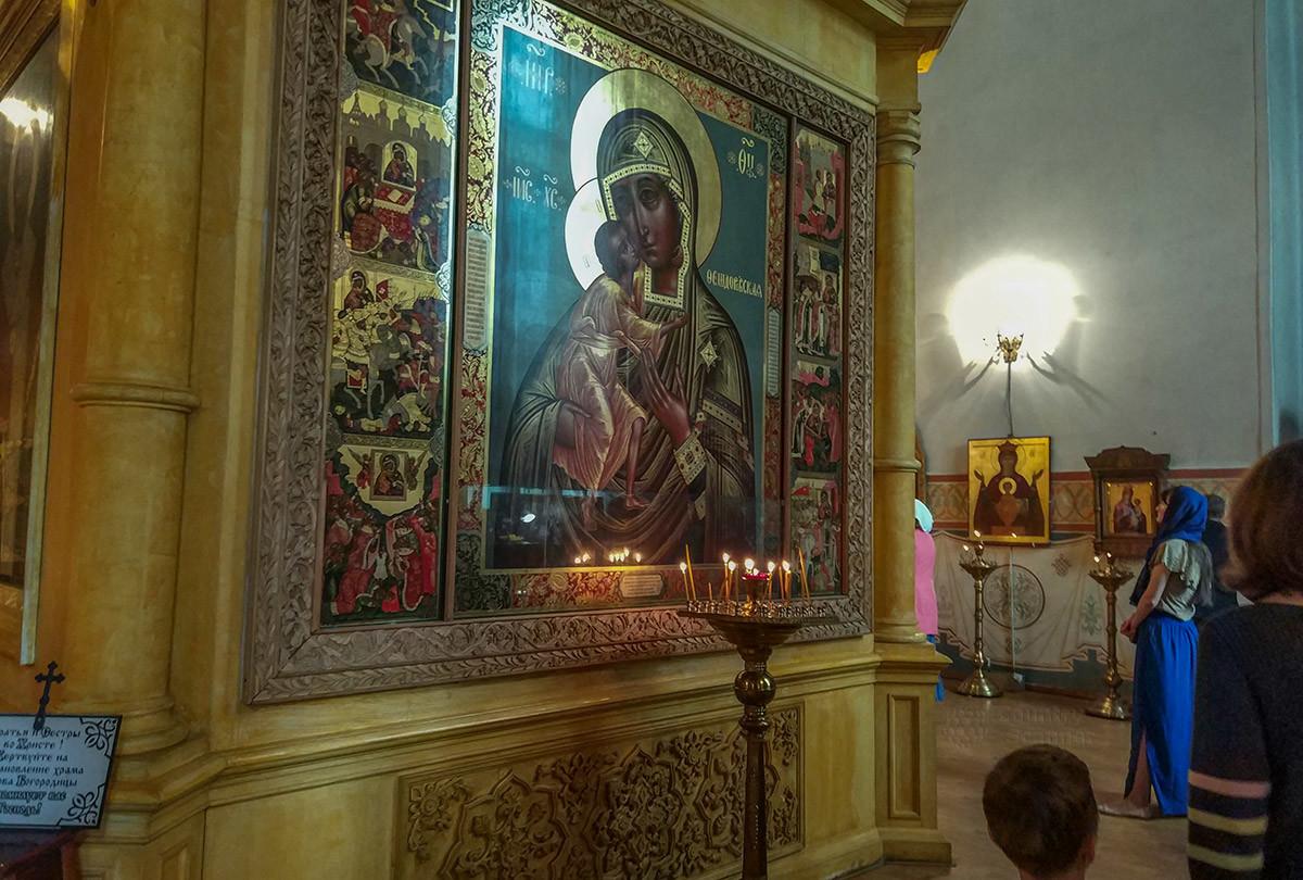 Собор Покрова Пресвятой Богородицы содержит много образцов религиозной живописи, от старинных до современных.