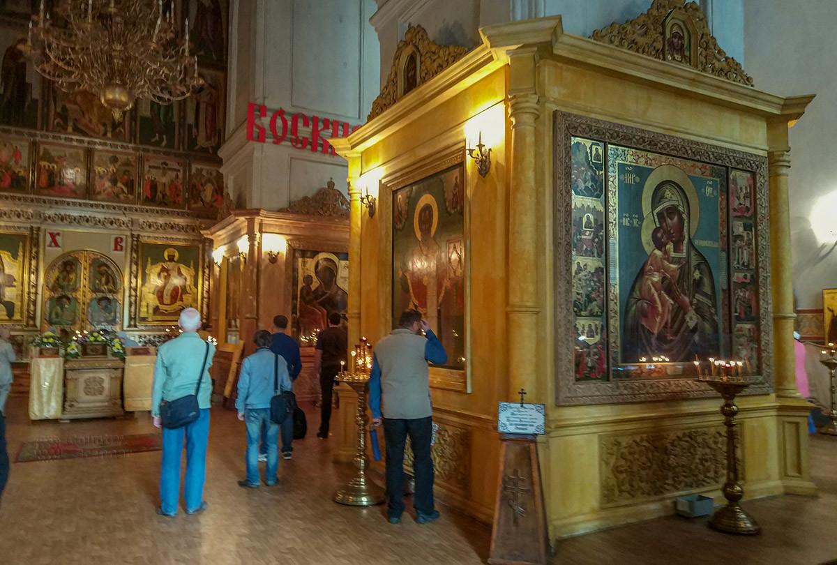 Рядом с изображением Богородицы помещен образ Николая Чудотворца, одна из лучших икон собора Покрова Пресвятой Богородицы.