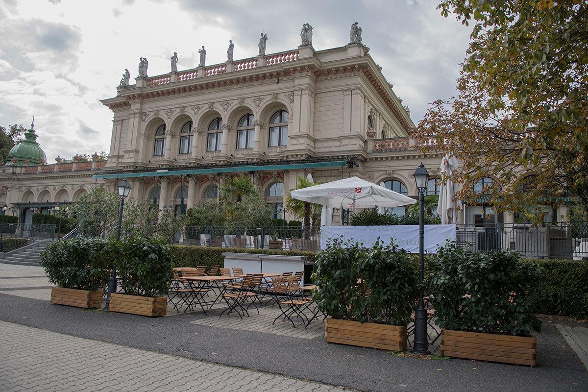 Штадтпарк знаменит Курортным салоном (кратко Курсалон), в котором дал первый концетр Иоганн Штраус-младший.