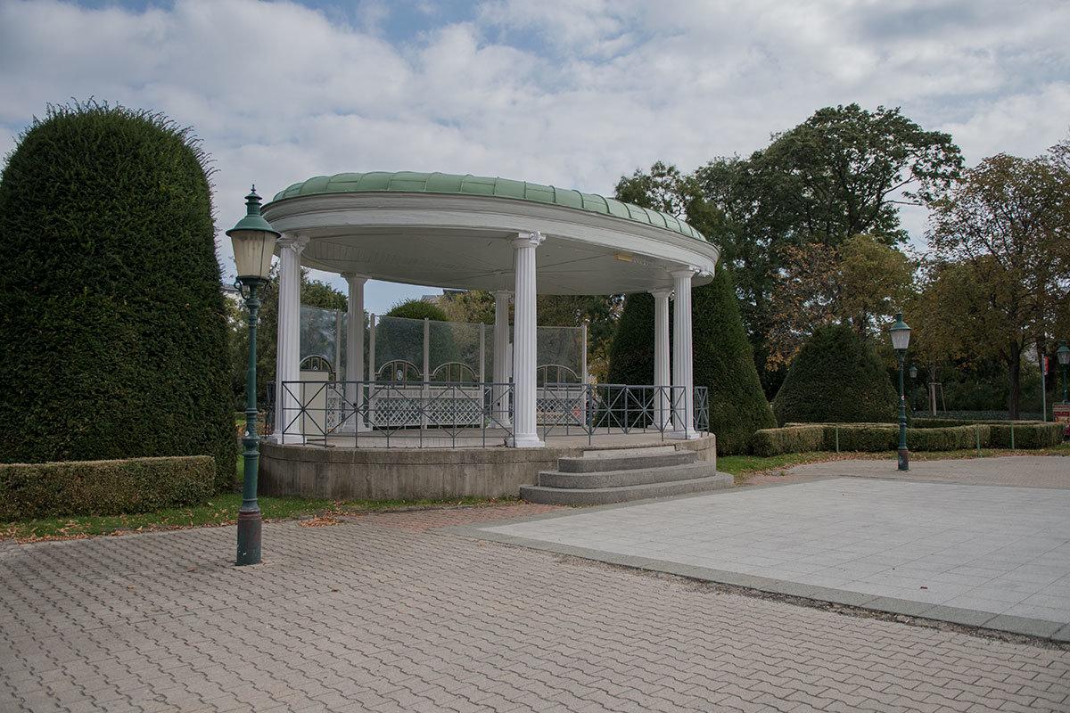 Беседка напротив Курсалона используется как летняя эстрада при мероприятиях, которые Штадтпарк организует для посетителей.