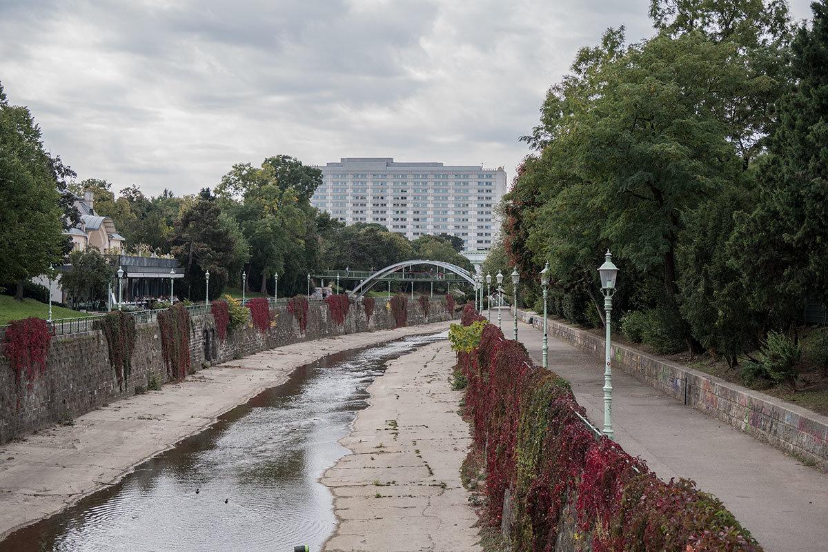 Русло реки Вена на территории Штадтпарка заключено в каменный канал, чтобы безопасно строить железную дорогу.