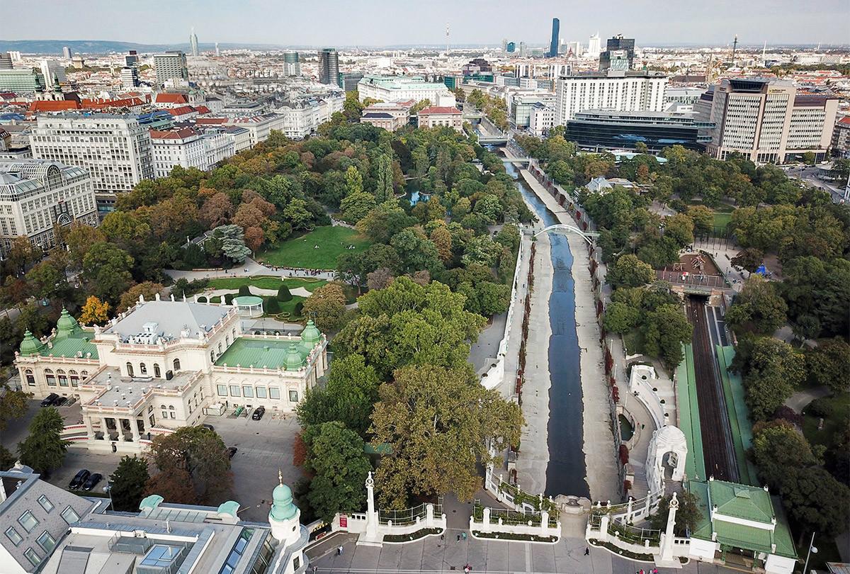 Снятая с возвышения панорама показывает Штадтпарк практически полностью, с разделяющей территорию надвое полосой русла реки Вены.