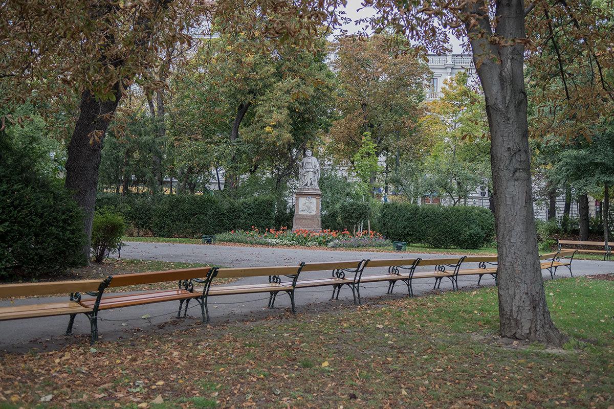 Не мог Штадтпарк не разместить памятник рано скончавшемуся музыкальному гению Францу Шуберту, это один из красивейших монументов.