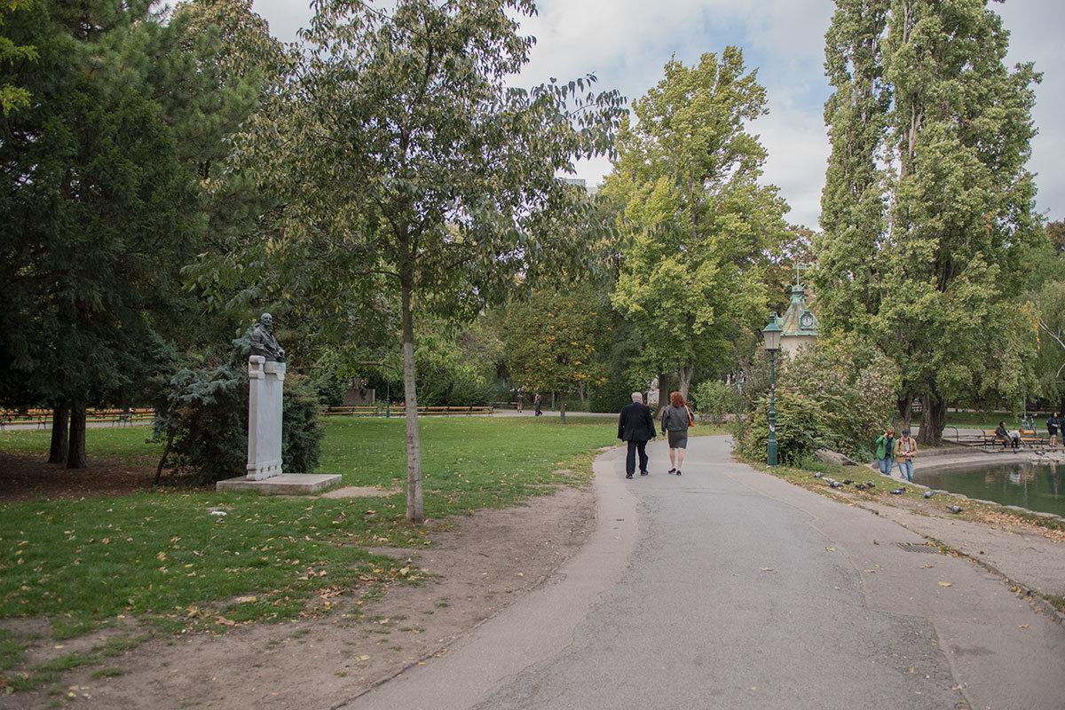 Высокий постамент памятника композитору Брукнеру выполнен таким, чтобы выделить бюст среди высоких деревьев Штадтпарка.