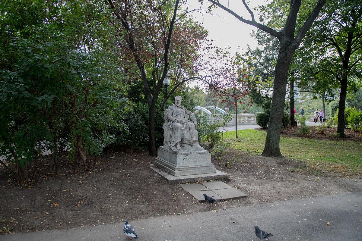 Вблизи набережной Штадтпарка установлен памятник композитору Шиндлеру, изобразивший персонаж отдыхающим во время прогулки.