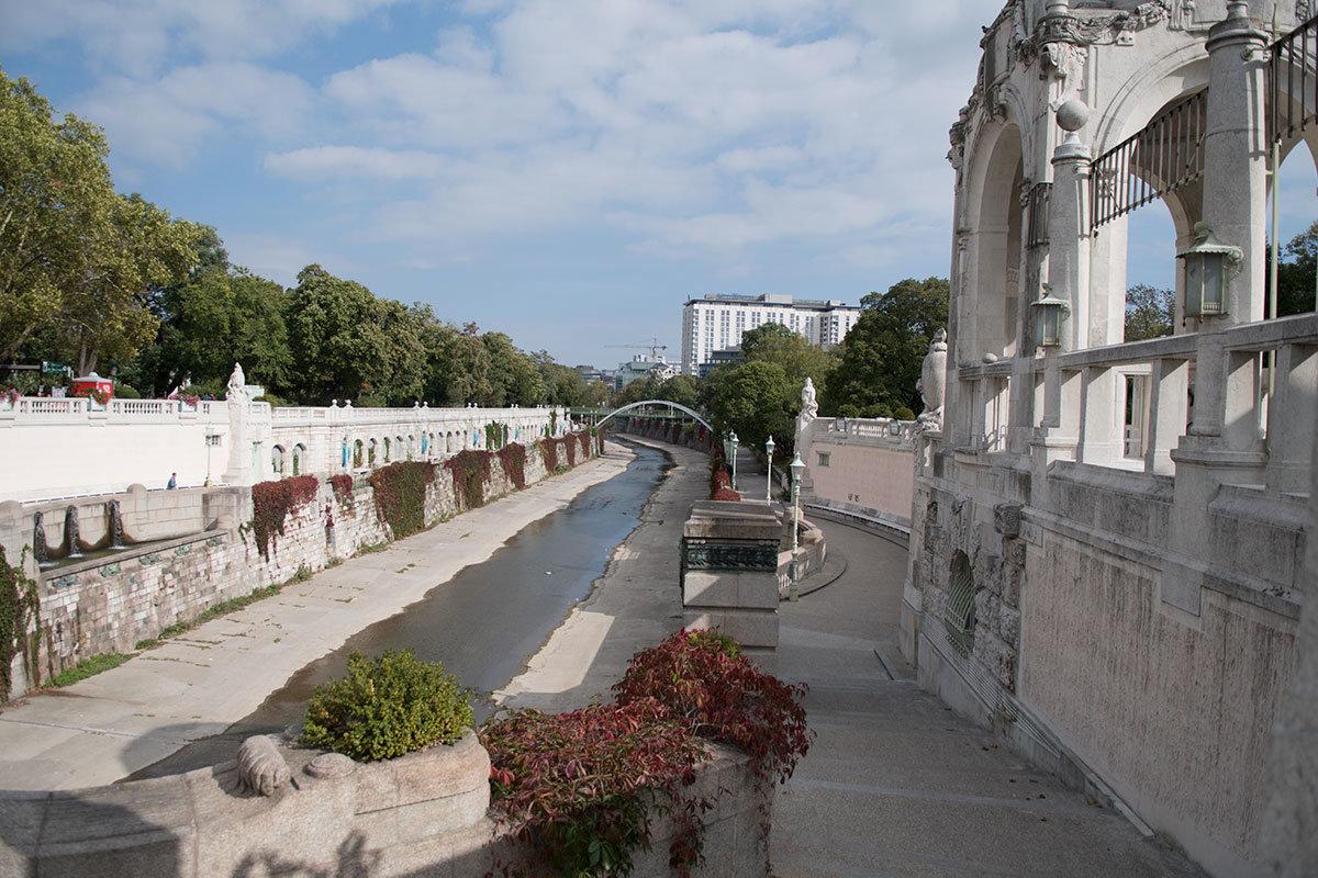 Оформленная архитектором Фридрихом Оманом набережная обмелевшей реки в Штадтпарке выполнена в модернистской манере, свойственной этому мастеру.