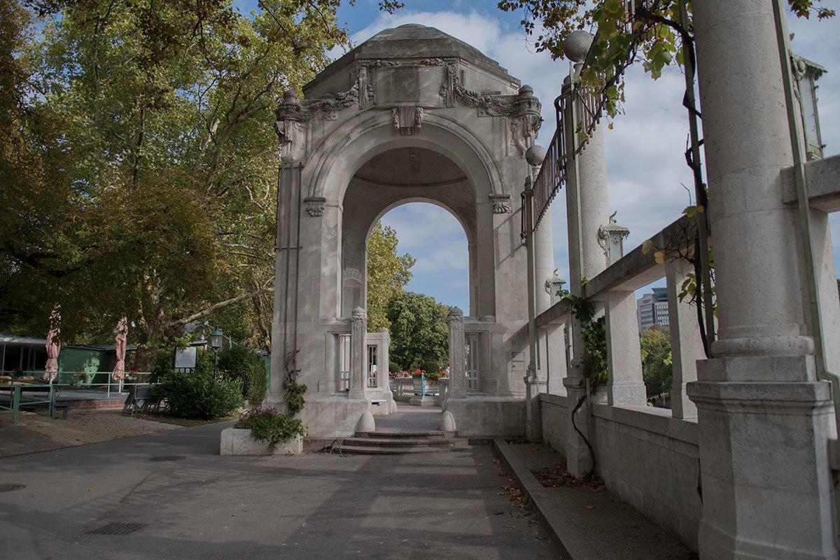 Достаточно объемный павильон входа в Штадтпарк не кажется тяжеловесным благодаря просторной арке.