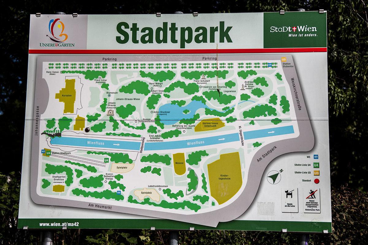 Схематичное изображение территории Штадтпарка с указанием значимых сооружений, памятников и дорожек помогает ориентироваться.