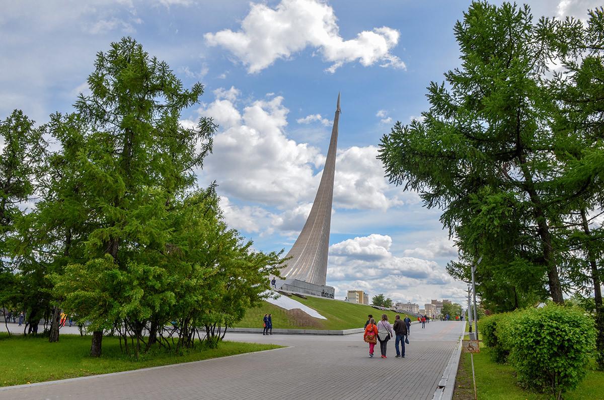Парковая зона западнее монумента – самое лучшее место для того. Чтобы стела Покорителям космоса предстала в лучшем виде.