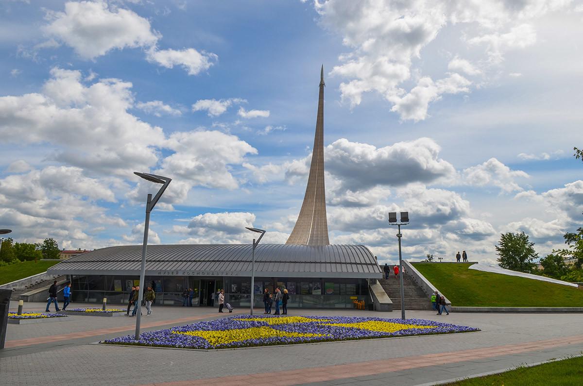 В своем мощном основании стела Покорителям космоса вмещает созданный по инициативе Королева Музей космонавтики.