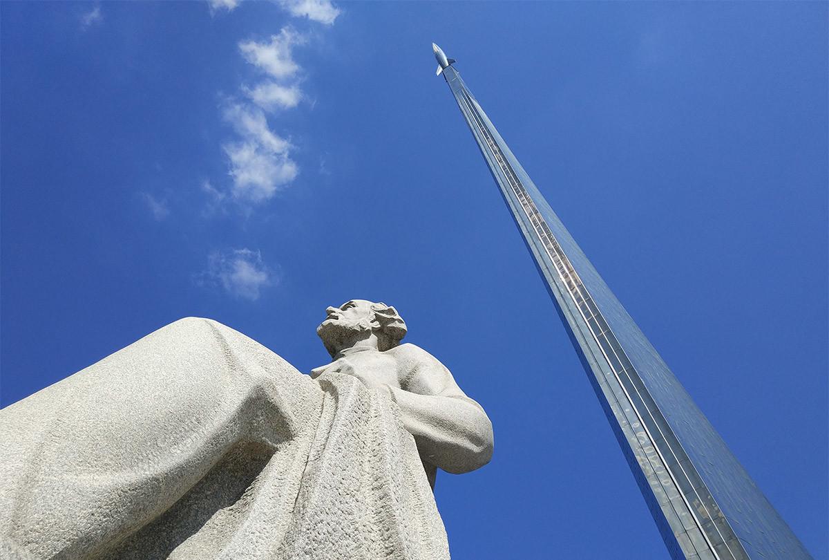 Памятник основоположнику космонавтики, нашему соотечественнику К.Э. Циолковскому – постоянный спутник стелы Покорителям космоса.