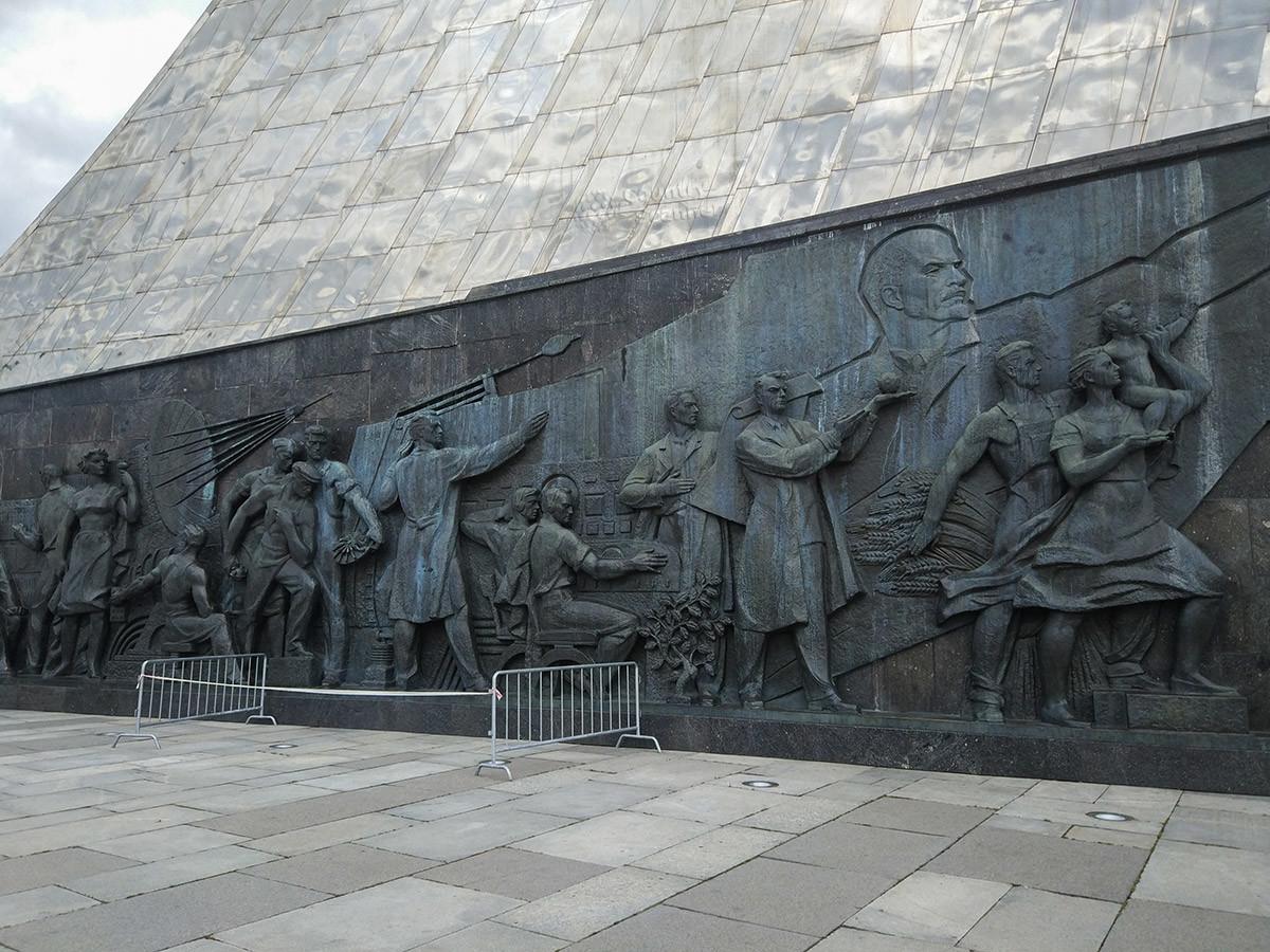 Барельефы по бокам пьедестала, на котором высится стела Покорителям космоса, изображают всех участников этого грандиозного дела.