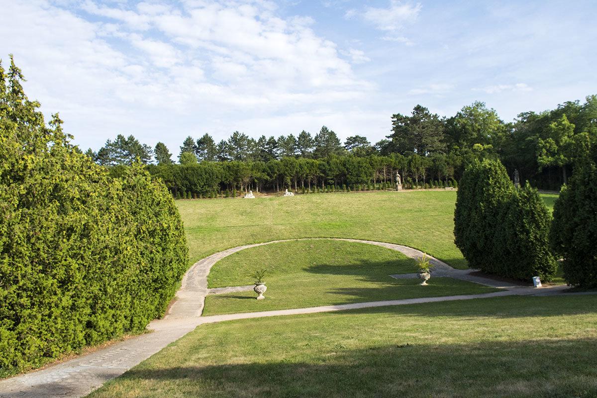 Достопримечательностью поселения Валтице является не только одноименный замок,но и богатая окружающая растительность.
