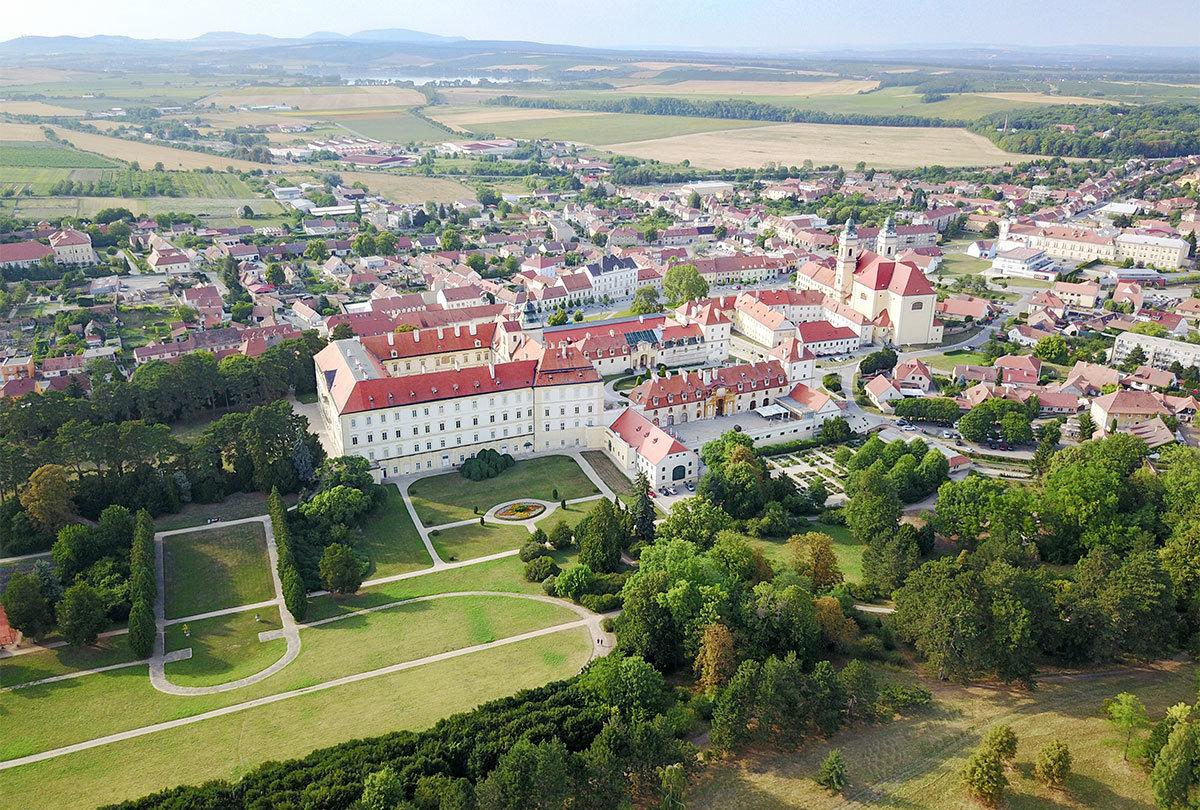 Еще один снимок с летающего помощника наших корреспондентов демонстрирует окрестности усадьбы Валтице, бывшей резиденции Лихтенштейнов.