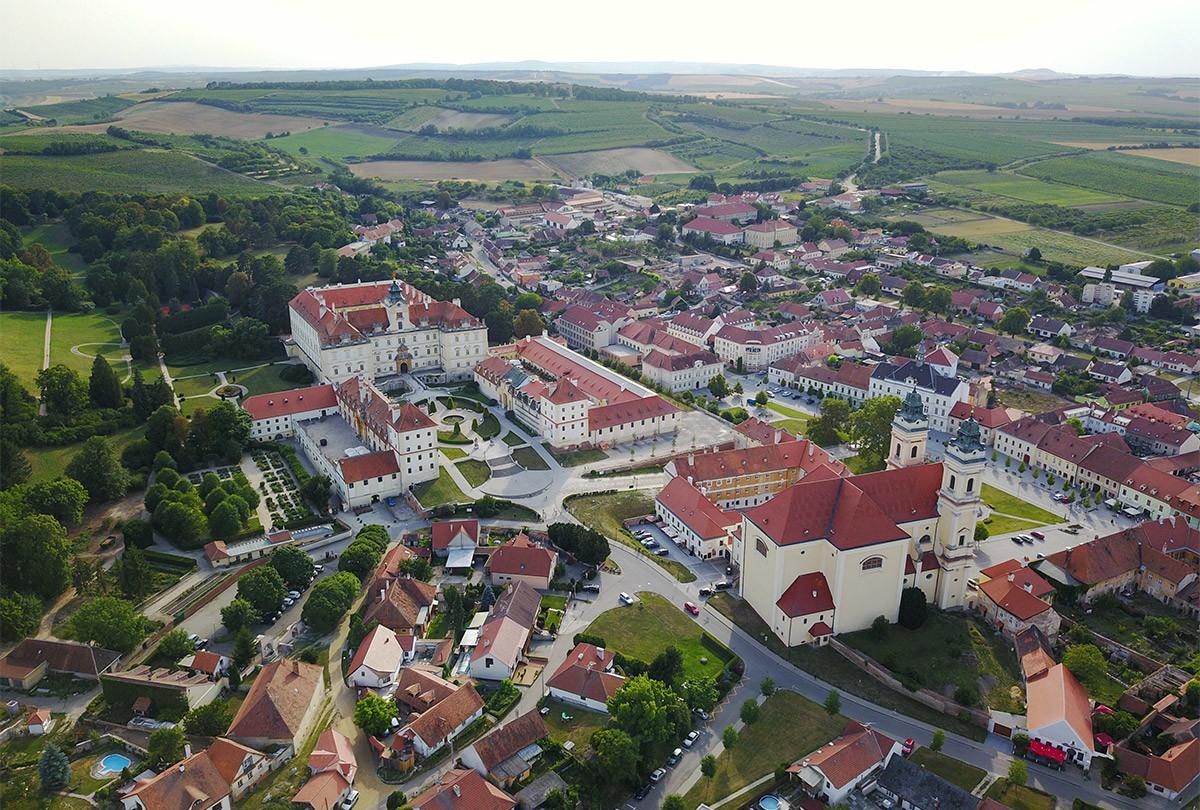 Снимок ближайших окрестностей замка Валтице наглядно демонстрирует его положение на местности относительно одноименного поселения.