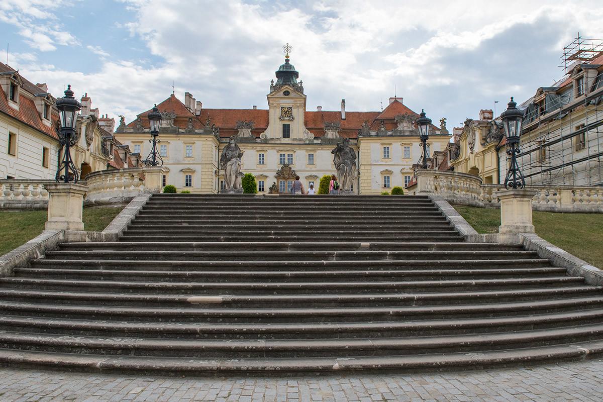 Широкая лестница из двух маршей ведет на площадь перед замком Валтице, ограниченную несколькими корпусами.