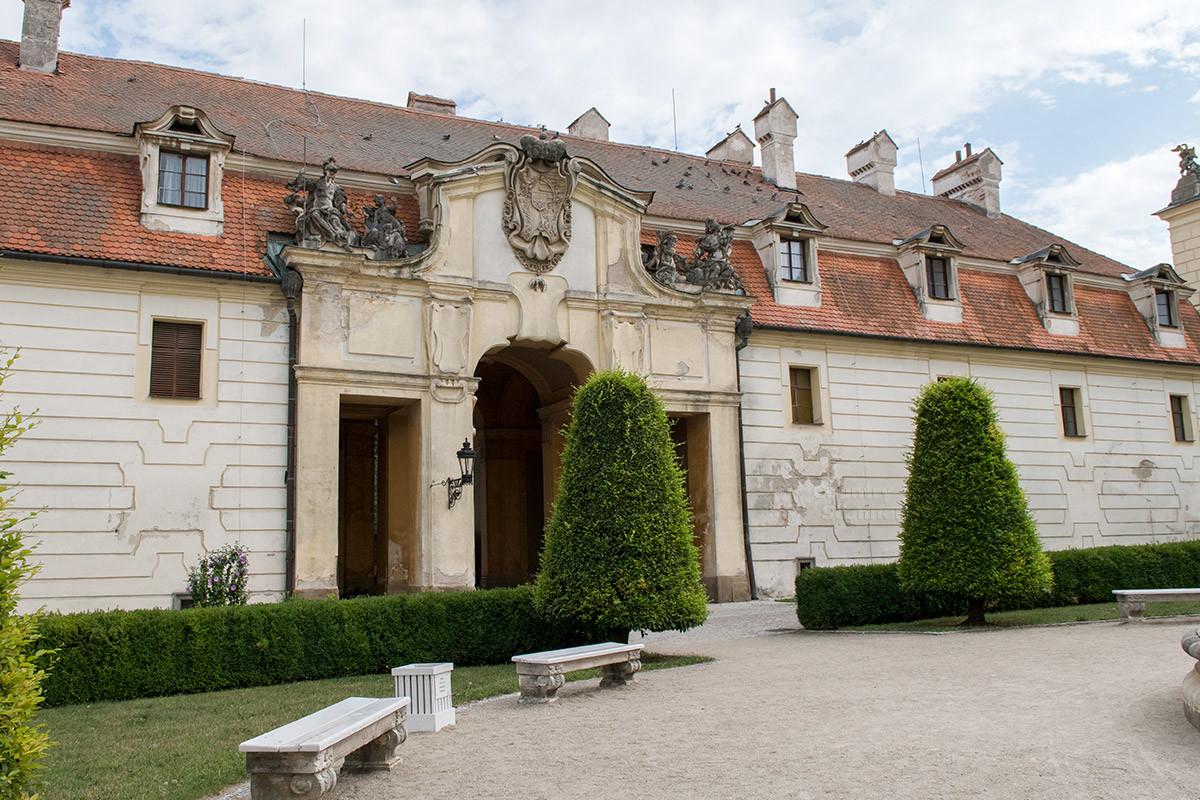Боковые одноэтажные корпуса строений Валтице также архитектурно привлекательны, вокруг все прибрано и приспособлено для отдыха.