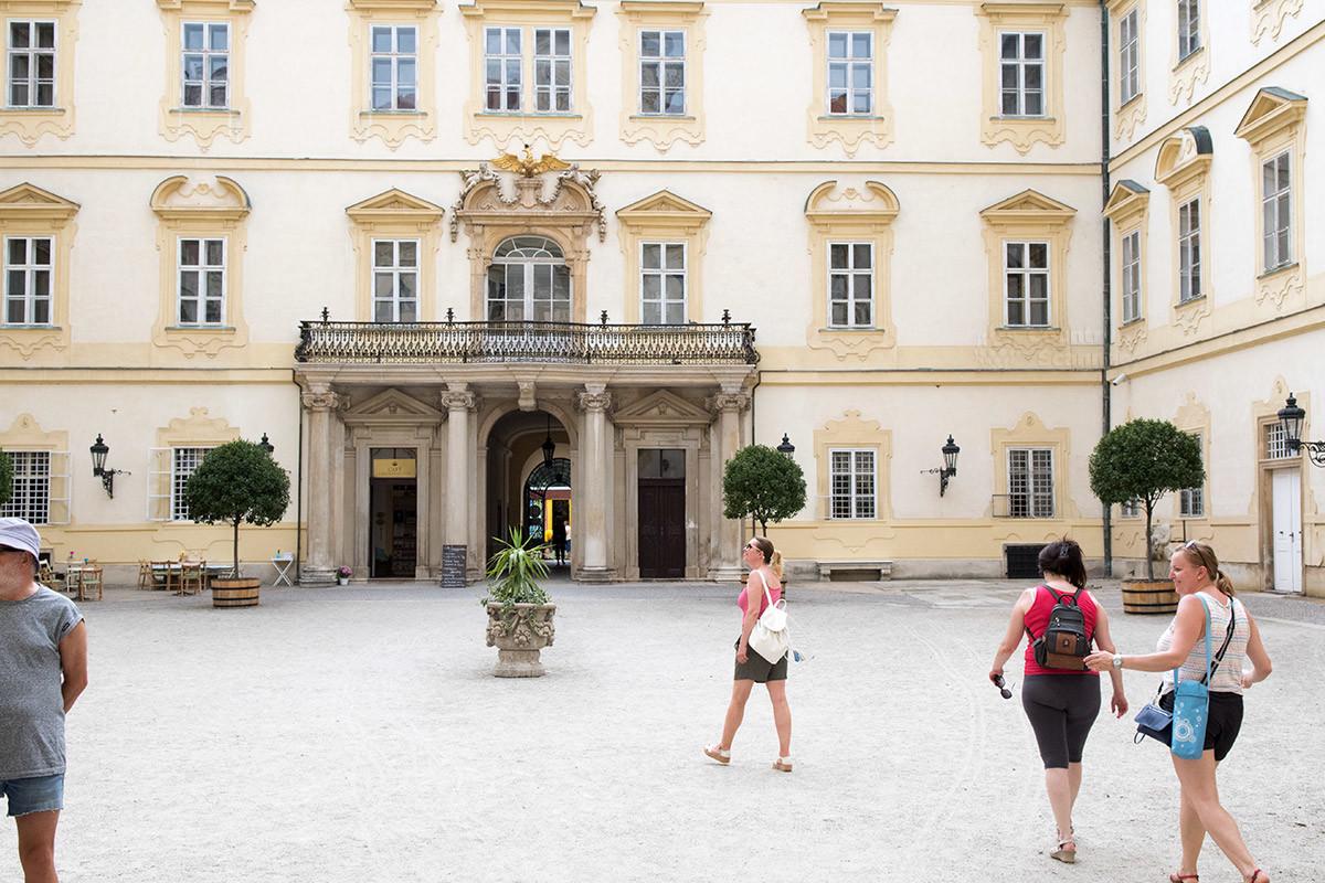 Окруженное корпусами зданий замка Валтице пространство образует внутренний двор, украшенный красивыми растениями в кадках.