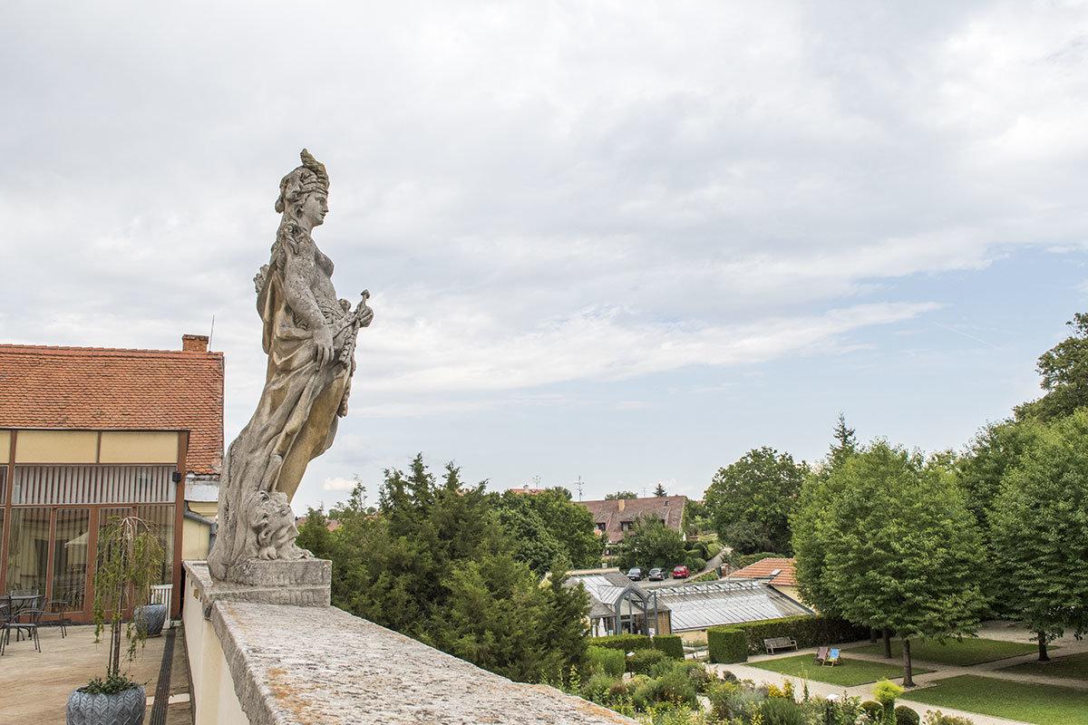 Копия античной статуи уже несколько столетий безмолвно возвышается над ближайшими окрестностями замка Валтице.
