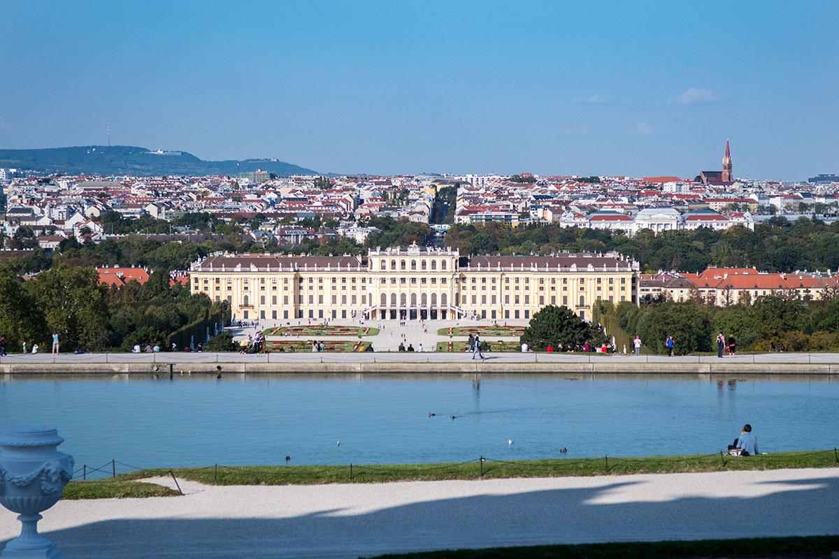 Вторым декоративным водоемом Глориетта отделена от склона холма, за которым внизу предстает дворец Шенбрунн.