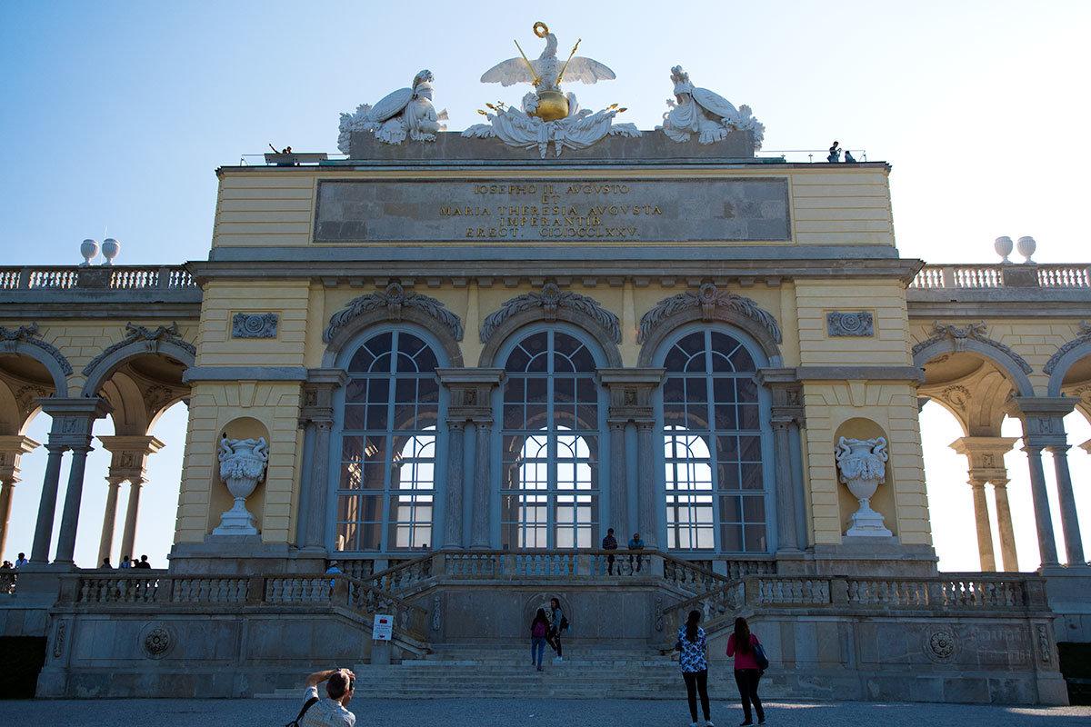 Своим парадным фасадом Глориетта обращена к дворцу Шенбрунн. Здесь хорошо различимы все декоративные элементы сооружения.
