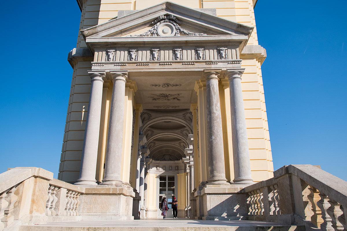 Глориетта с запада и востока заканчивается боковыми фасадами с входными лестницами в крытую галерею, огражденную аркадами.