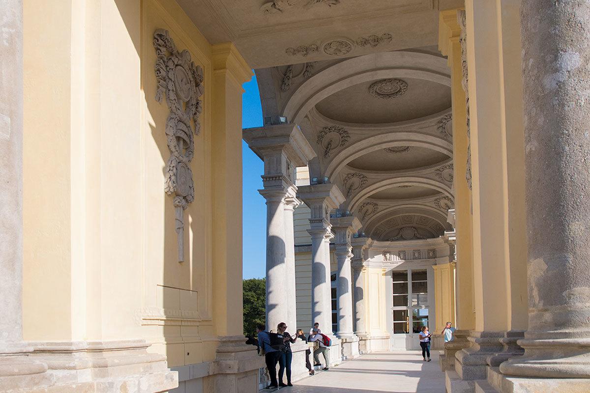 Изнутри галереи Глориетты можно подробно рассмотреть ее устройство, от арочной колоннады до купольного потолка.