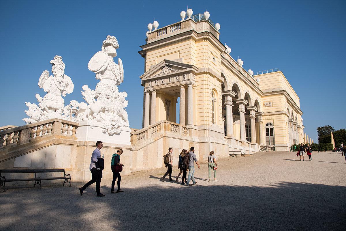 На общем виде, где Глориетта изображена сбоку, видны живописные и торжественные скульптуры, символизирующие воинские доблести.