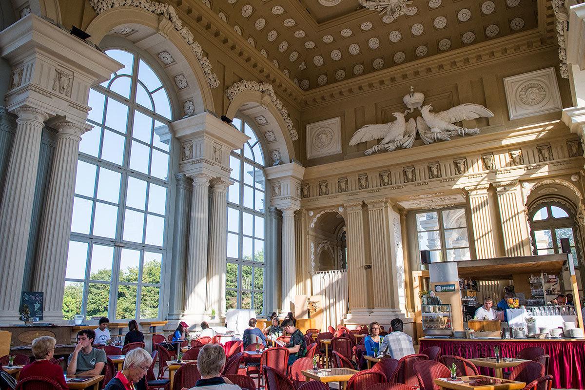 Внутренний ресторан Глориетты популярен у современных посетителей, любил здесь питаться и император Франц Иосиф.