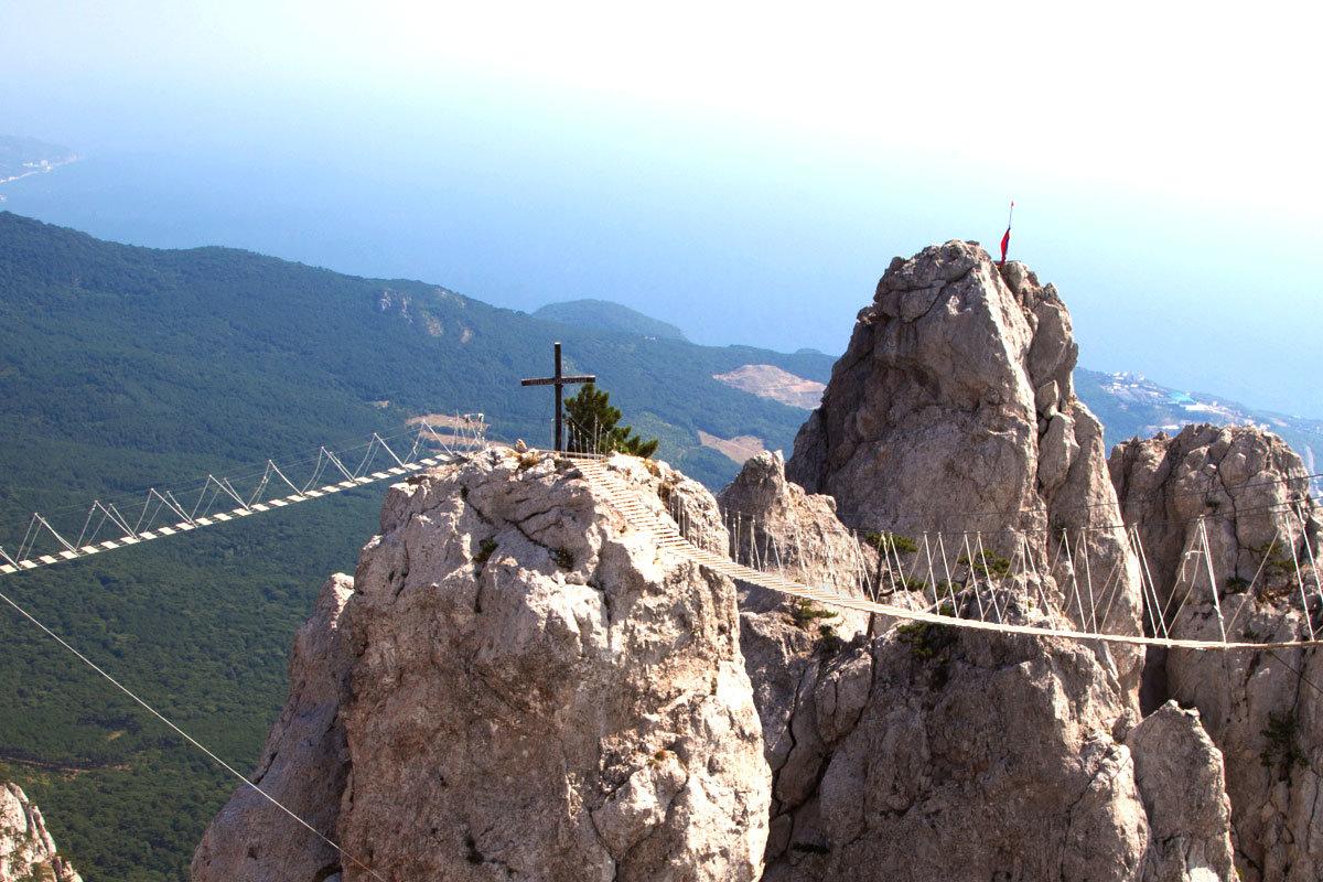 На вершинах соседних Зубцов, венчающих гору Ай-Петри, видны православный крест и триангуляционная вышка.