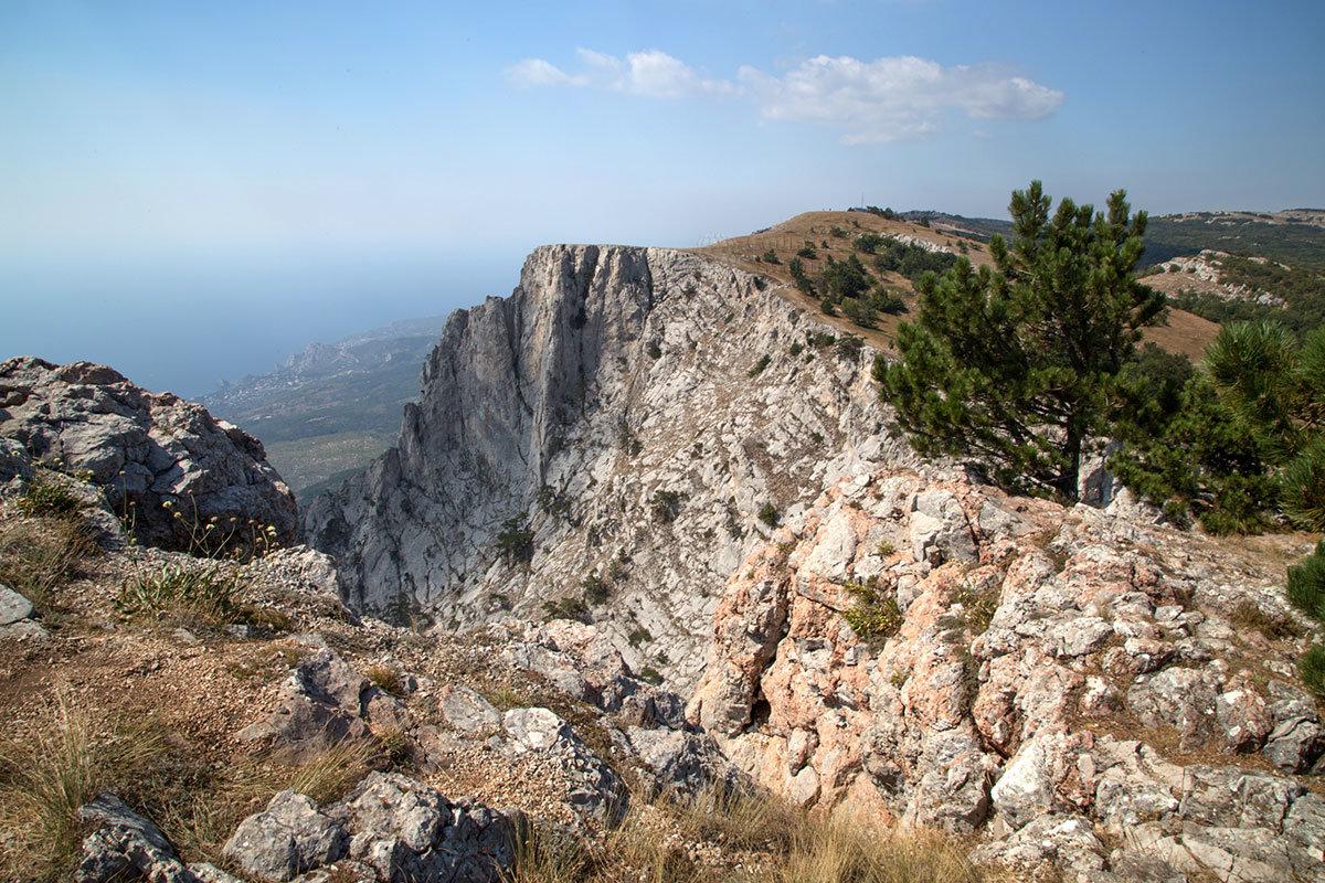 Тонкий почвенный слой, которым покрыта гора Ай-Петри, хорошо просматривается на верхней кромке расщелины.