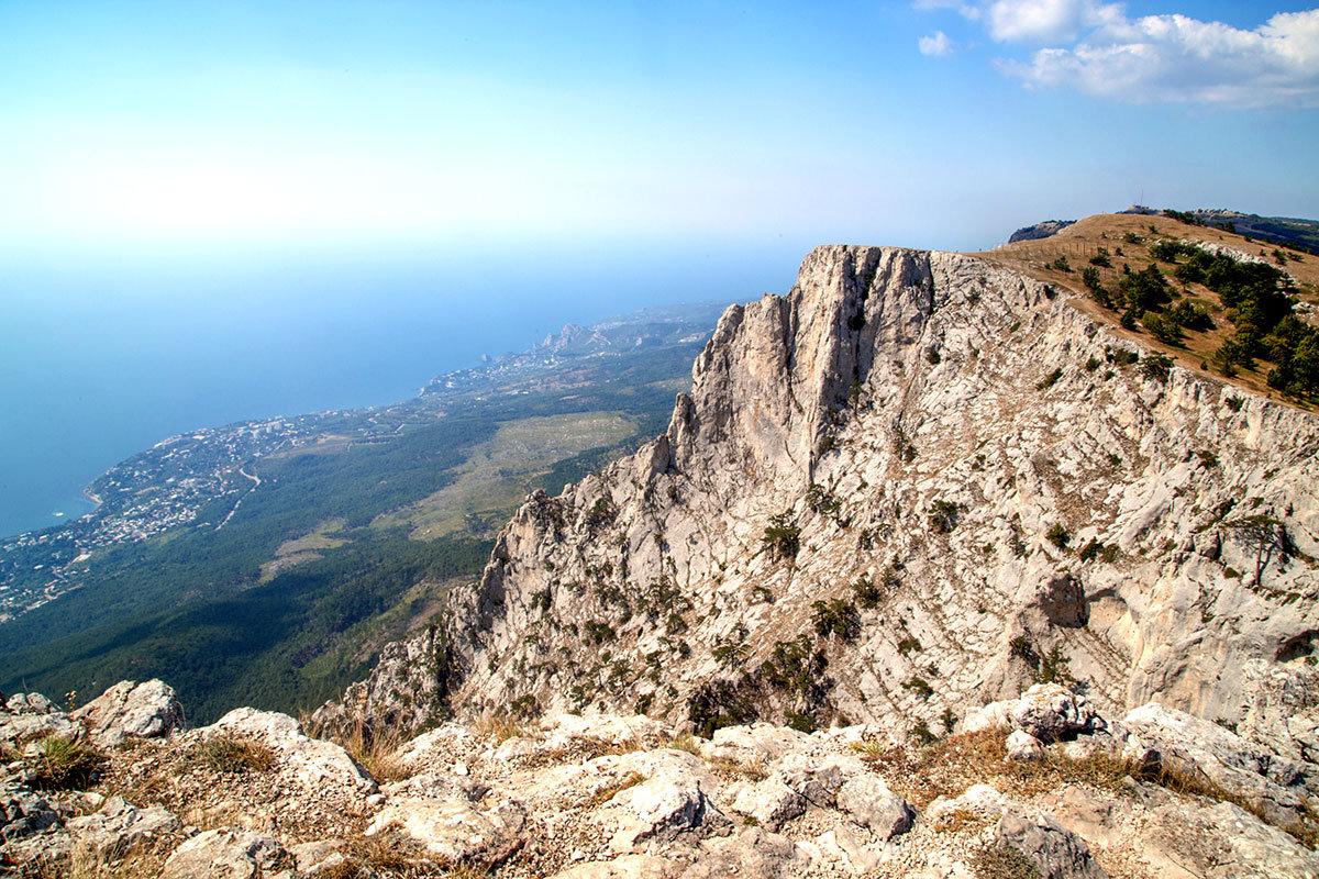 Перед спуском с вершины горы Ай-Петри многие делают фотографии нижележащей местности, поселений и морского берега.