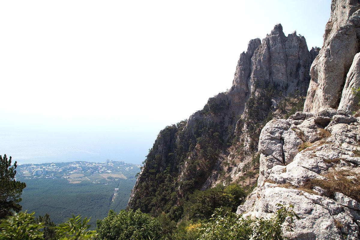 Бросается в глаза то, что гора Ай-Петри испещрена трещинами и расщелинами, вызванными ветровой эрозией.