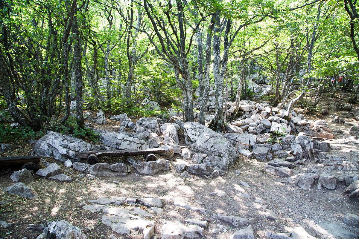 Импровизированная скамейка среди каменных россыпей с горы Ай-Петри – одно из немногих следов туристов в заповедной зоне.