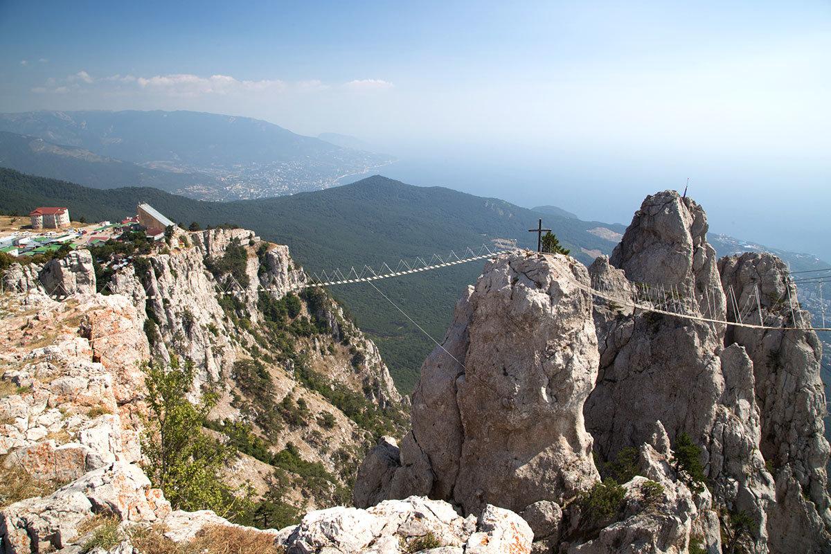 На вершине горы Ай-Петри видна верхняя канатная станция и подвесные мостики над глубокими расщелинами.