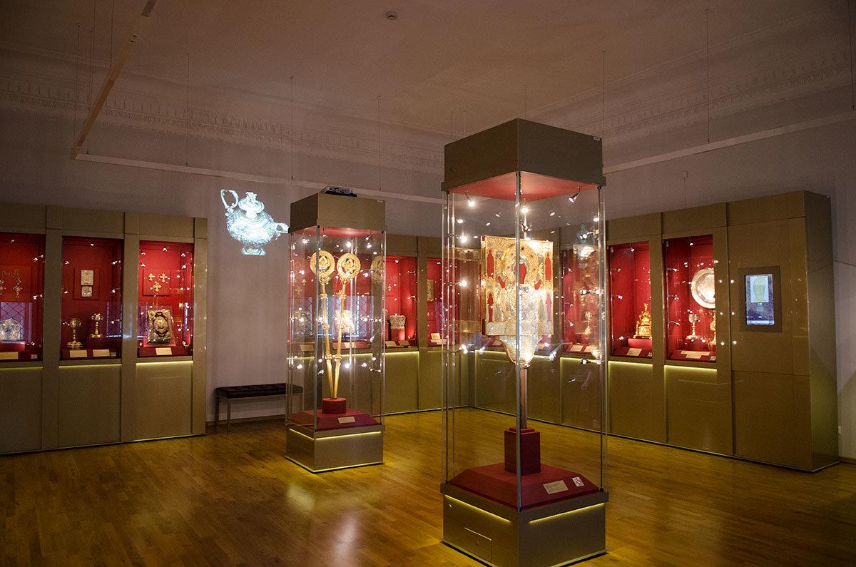Витрины выставки ювелирных изделий Грановитой палаты в Великом Новгороде содержат многочисленные культовые принадлежности.
