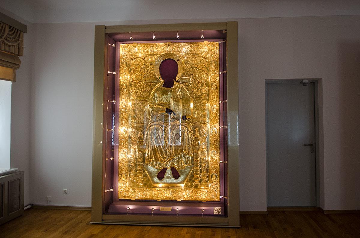 Позолоченный оклад иконы Спаса на Престоле – один из крупнейших по размеру экспонатов в Грановитой палате в Великом Новгороде.