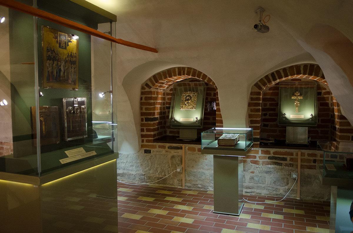 Большими сенями со старинными иконами и другими реликвиями Грановитая палата в Великом Новгороде встречает посетителей.