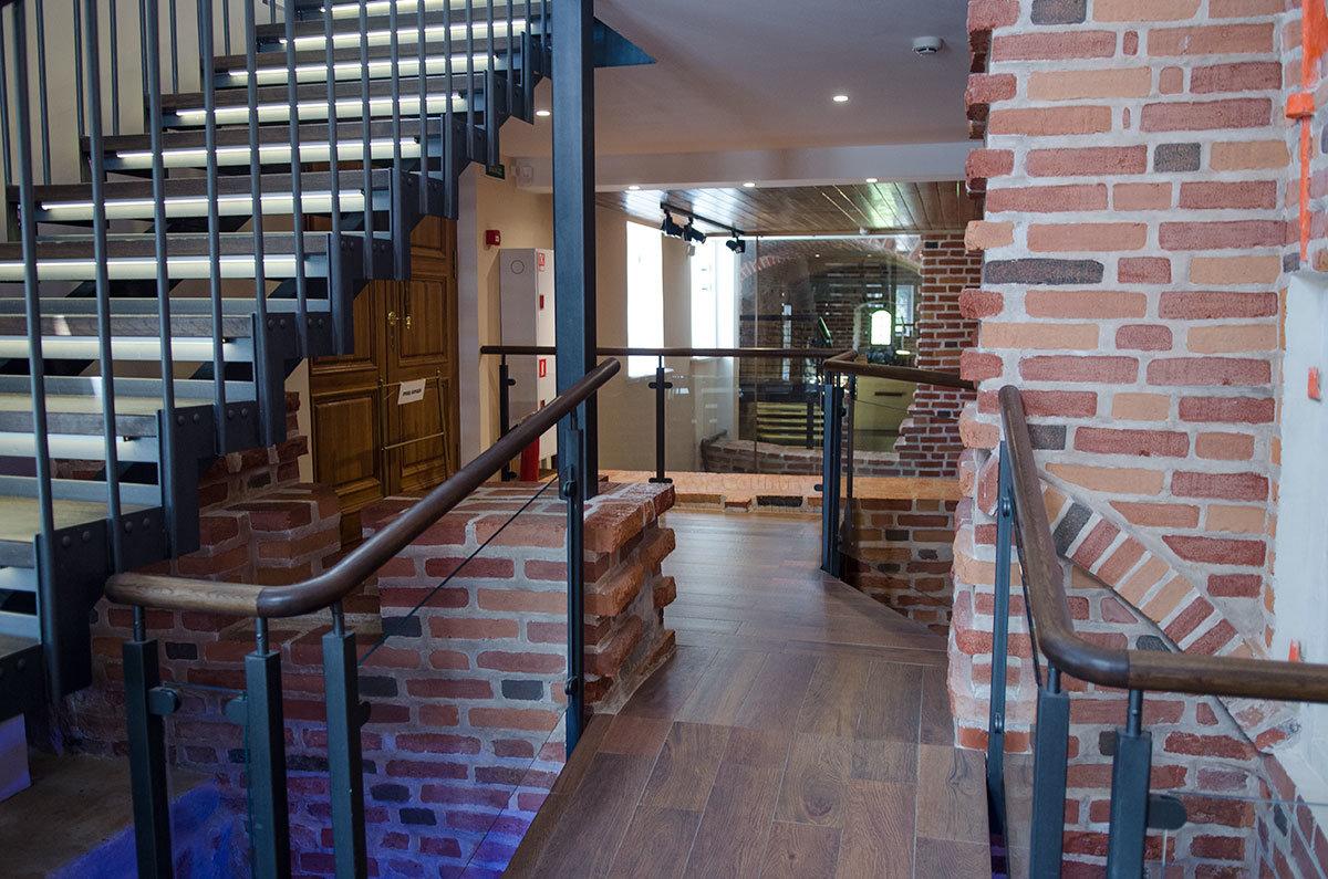 Проем возле лестницы выполнен для часовых гирь, а часами Грановитая палата в Великом Новгороде обеспечена стараниями своего основателя.